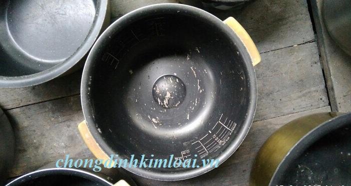 Nồi cơm điện bị trầy xước lớp chống dính có nên dùng tiếp?